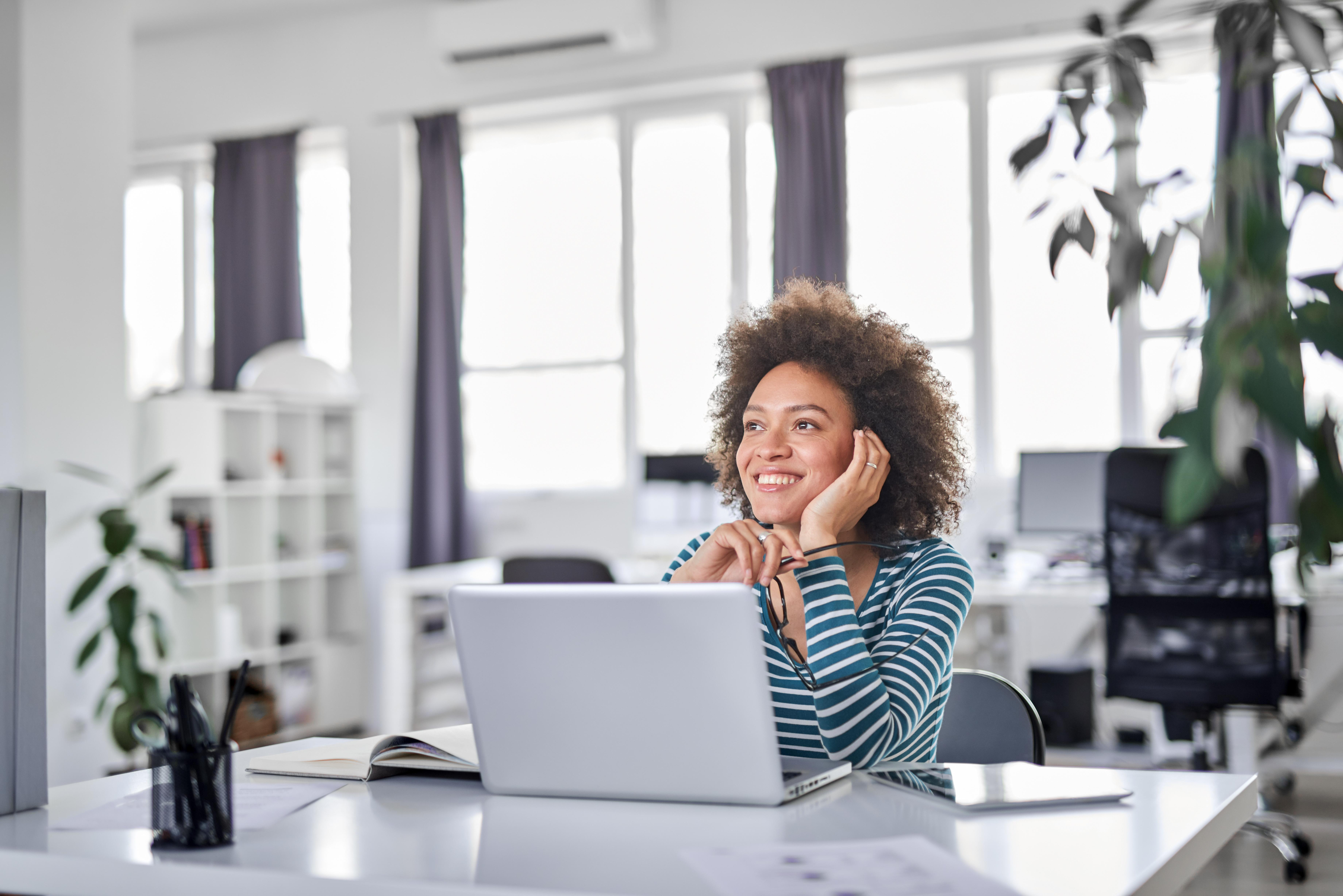 mulher trabalhando feliz