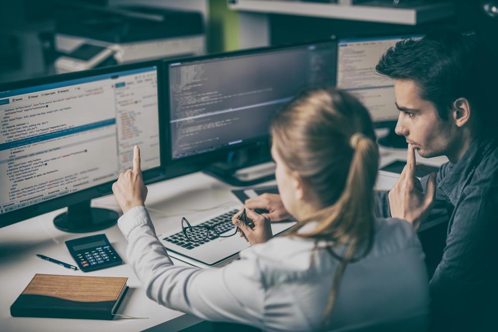 Uma mulher desenvolvedora está ensinando para um homem